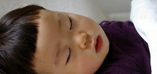 Bé ngủ ngáy to, thở mạnh có nguy hiểm không?