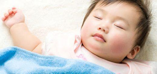 Bé hay ra mồ hôi, tối ngủ thường trở mình là bị sao?