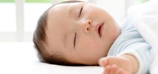 Bé thở khò khè, hay nôn trớ, giật mình khi ngủ có nguy hiểm không?