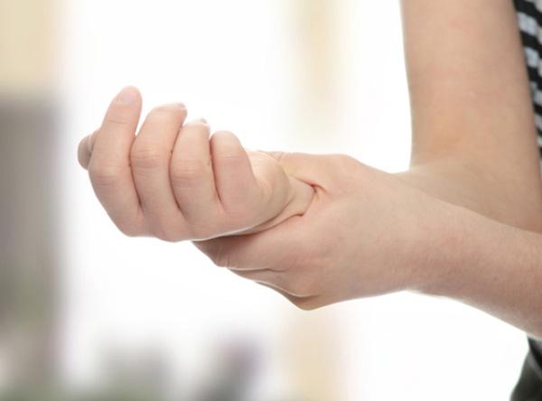 Tập thể hình 1 năm, tại sao vỗ tay vào cổ tay, ngón tay bị giật