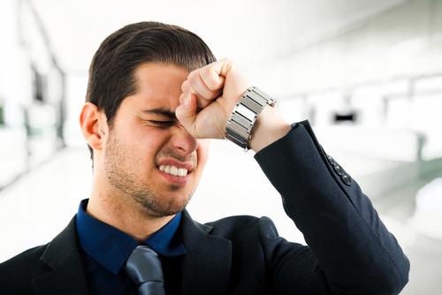 Bị đau đỉnh đầu bên phải, có lúc chạy xuống đau ở phía trên tai