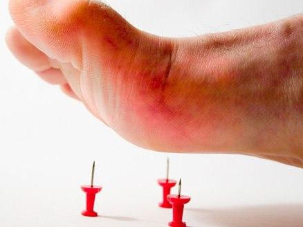 Dẫm phải định bị sưng đau có phải dấu hiệu uốn ván?