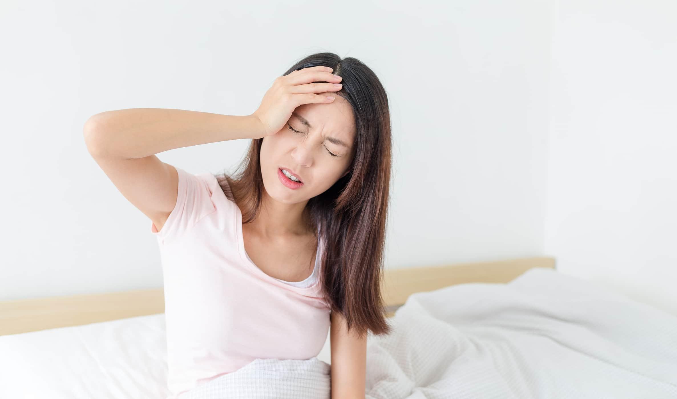 Bị đau trên đầu, lâu lâu bị giật có nguy hiểm không?