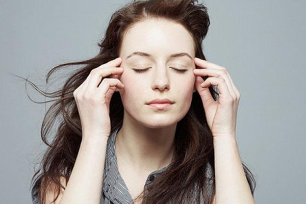 Bị giật vùng da đầu phía trên sau vành tai trái là dấu hiệu bệnh gì?