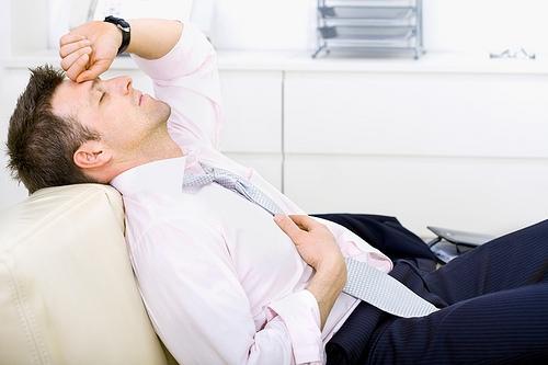 Cơ thể mệt mỏi, đau đầu ở phần sau, thở mạnh và gấp, tay chân uể oải