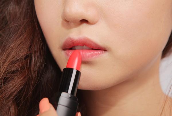 Dùng son bị ngứa môi, sưng rát có nguy hiểm không?