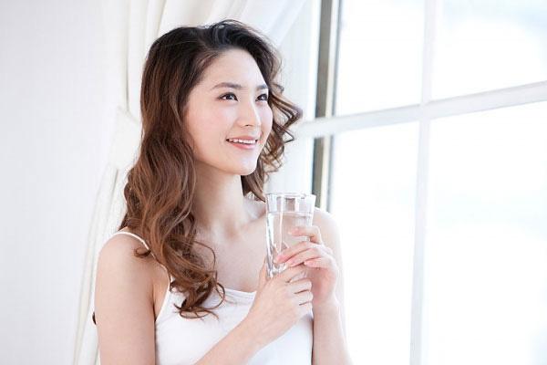 Bị nghẹn họng, khó nuốt khi uống nước nhanh