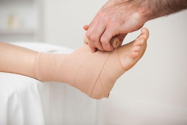 Cách điều trị sưng đau mắt cá chân vì trật khớp xương chày