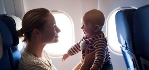 Các mẹ cần chuẩn bị gì khi đi máy bay có con nhỏ