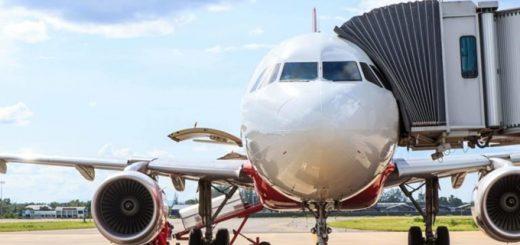 Lên máy bay bằng cửa bên trái hay bên phải?