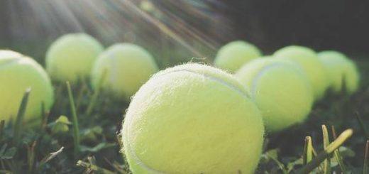 Bóng tennis để mát xa khi ngồi trên máy bay sẽ giúp tăng cường lưu thông máu