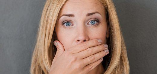 Lưỡi có màu trắng và hằn vết răng cưa, hôi miệng