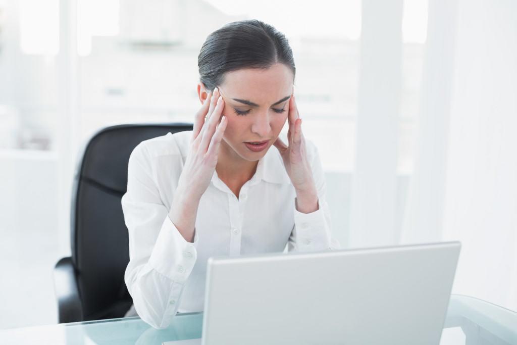 Hay đau đầu, tê tay, mệt mỏi, chán nản, hay bực bội trong người, trí nhớ giảm