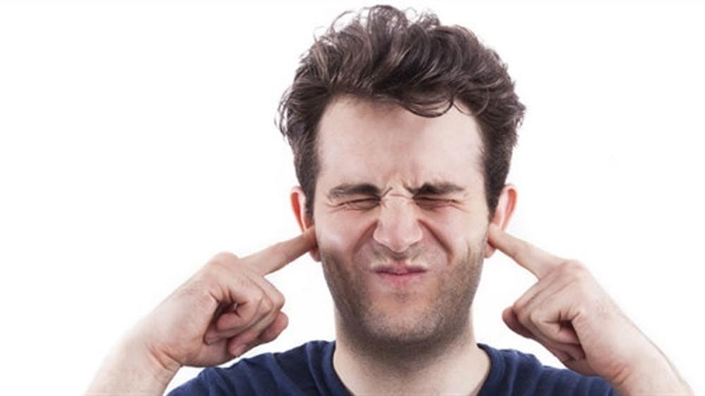 Viêm tai ngoài bị ù có bình thường?
