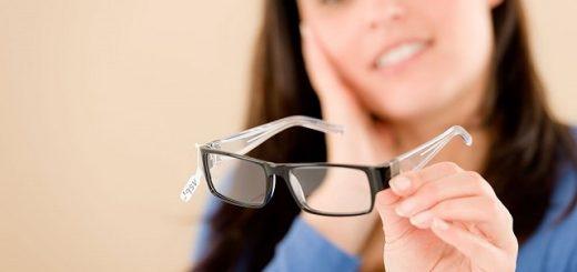 Bị cận nên đeo kính đúng độ hay nhẹ hơn thì tốt?