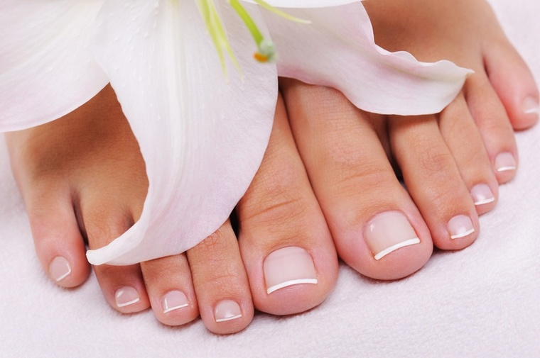 Móng chân bị hở gây mưng mủ và có mùi hôi phải làm sao?