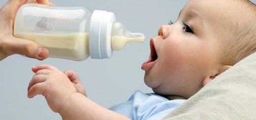 Tư thế cho bé bú để tránh bị nôn trớ đối với trẻ bú bình