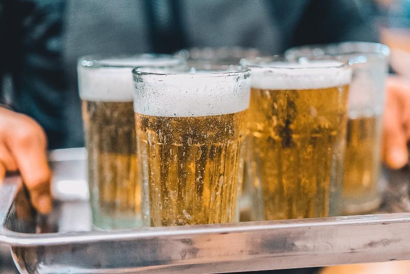 Đang bó bột có uống được rượu bia không?