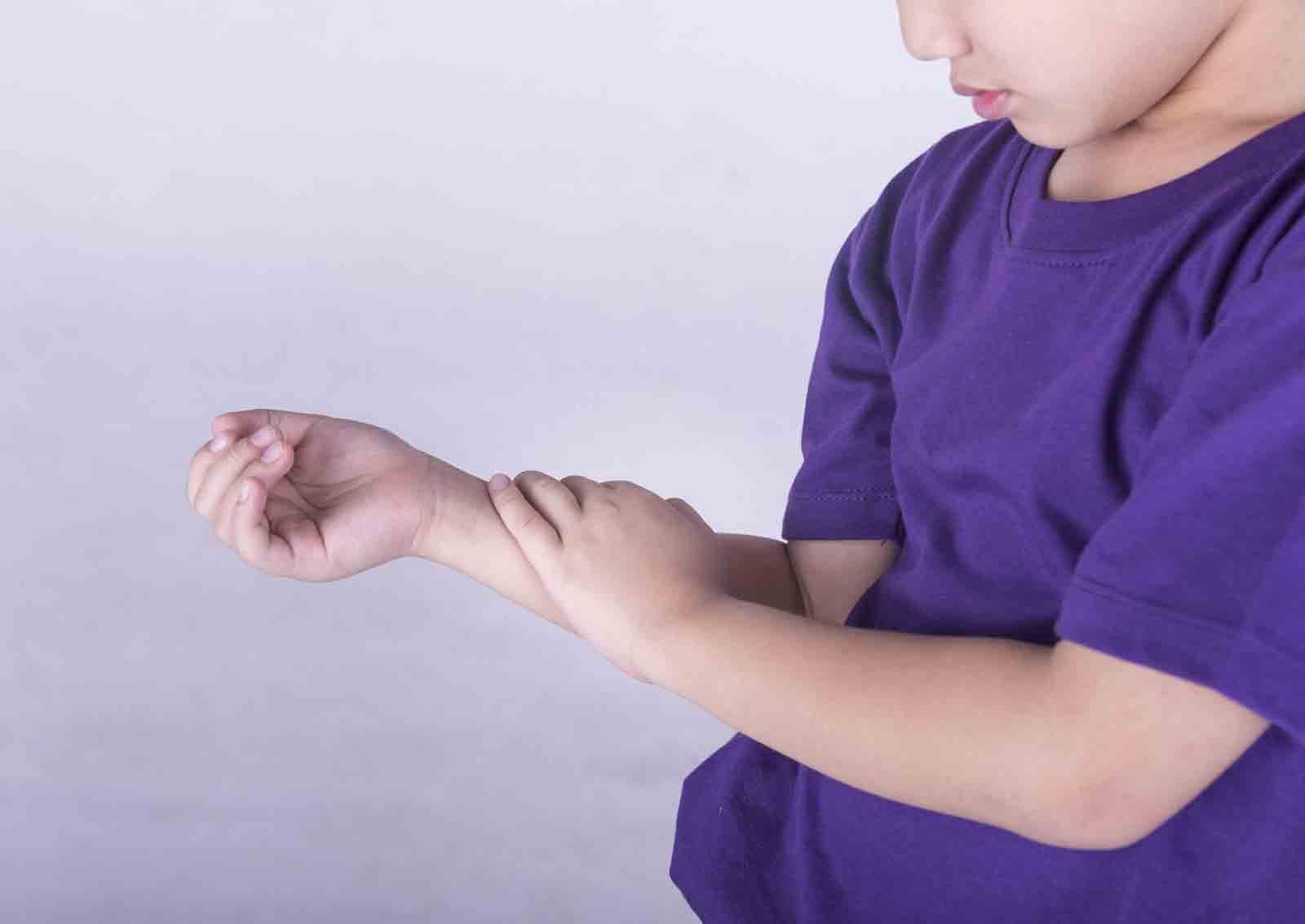 Phân biệt viêm khớp thiếu niên và đau xương?