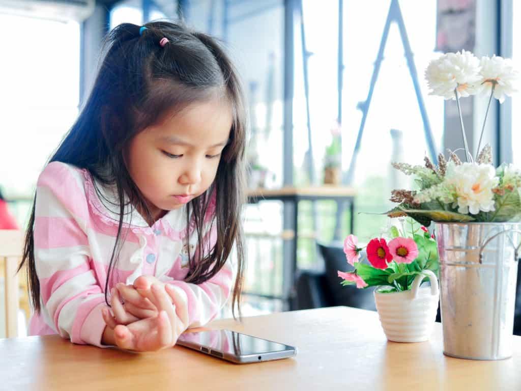 Trẻ dùng điện thoại nhiều nguy hiểm như thế nào?