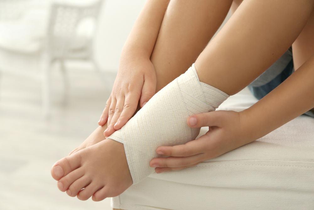 Cách điều trị bị bong gân cổ chân?