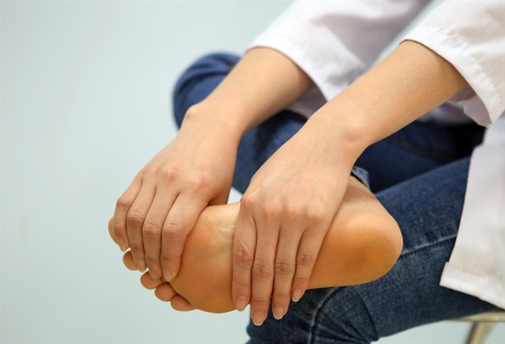 Ngón chân bị tê, bứt rứt có nguy hiểm?
