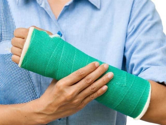 Gãy xương quay tay bao lâu thì tháo được nẹp đinh?