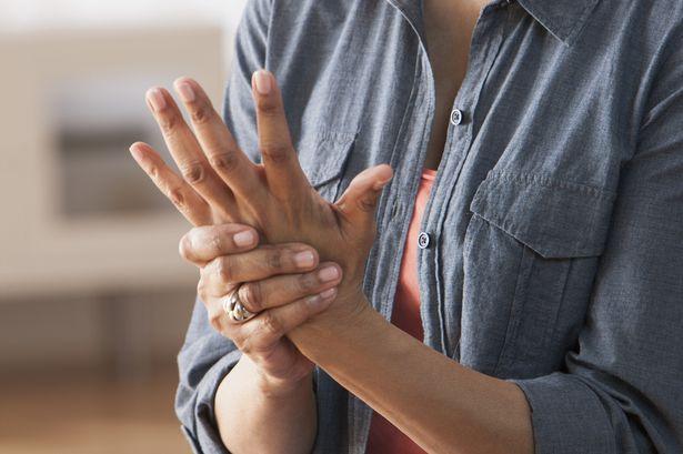 Đau nhức khớp ngón tay chân là bệnh gì?